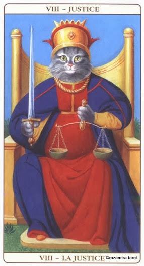 8 Правосудие Таро Марсельских кошек (Marseille Cat Tarot)